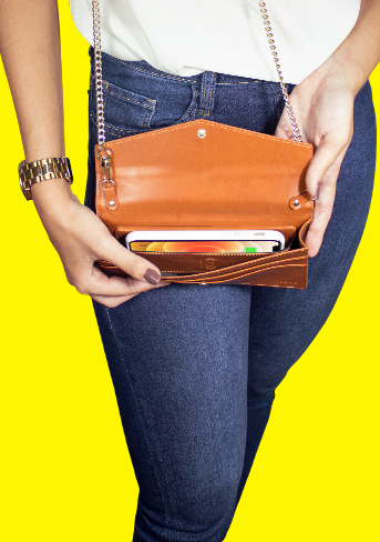 Handbag aberta, com celular carregando e design não