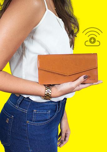 mulher segurando a charger handbag