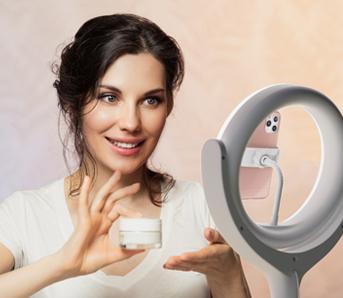Mulher fazendo transmissão mostrando produto de beleza